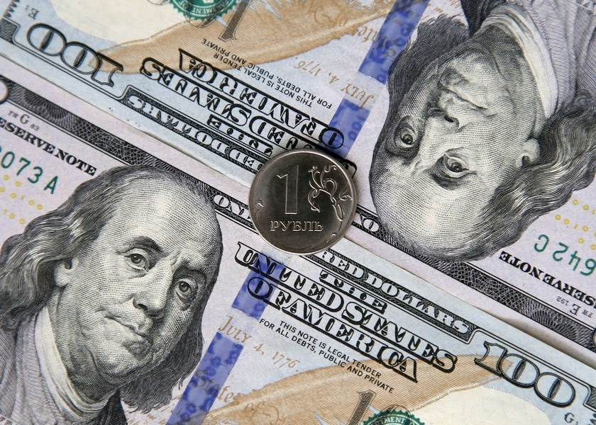 Expert: the dollar by the end of the year can reach 70 rubles, even if the interbank intervention is abandoned